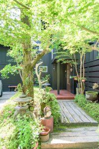 緑に包まれる玄関までのアプローチ