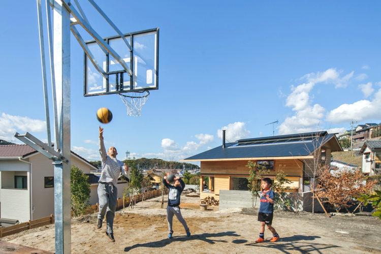 バスケットゴールのあるシンケンスタイルの家