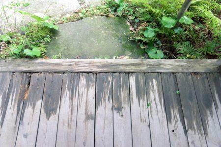 玄関のデッキ:先端は傷みが出ている