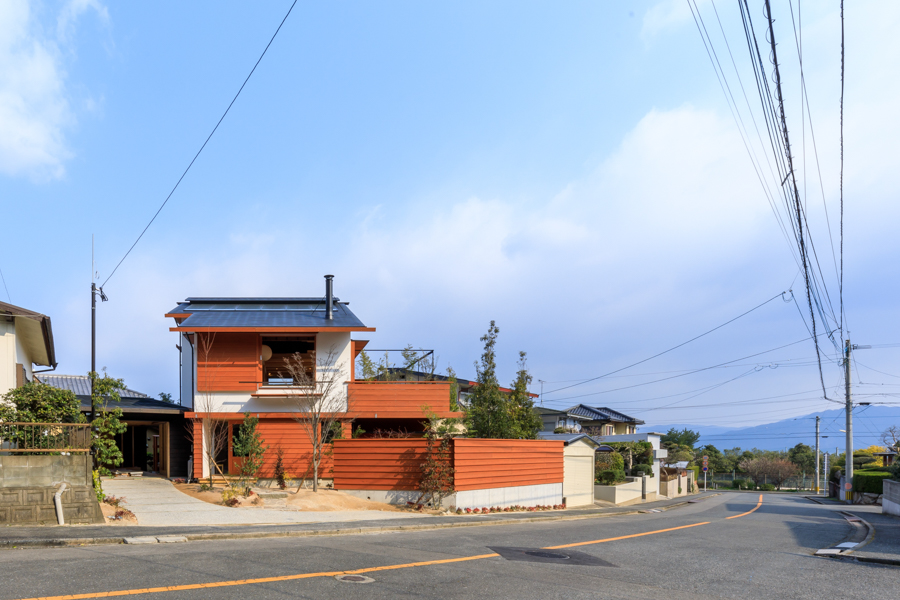 志免町の住宅地に建つ白い塗り壁の木の家