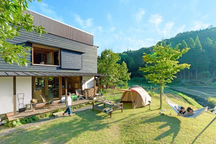 キャンプを楽しめる田舎暮らしの庭とシンケンスタイルの木の家