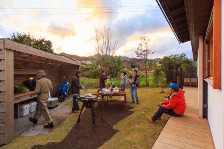 庭と畑と暮らしをつないで豊かな時間をつくる外キッチンのあるシンケンスタイルの木の家(福岡・鹿児島)