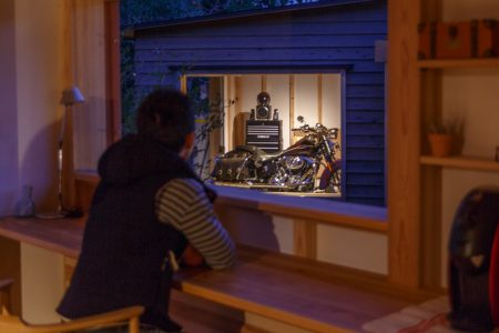 バイクガレージを家の中から眺められるシンケンスタイルの木の家(福岡・鹿児島)