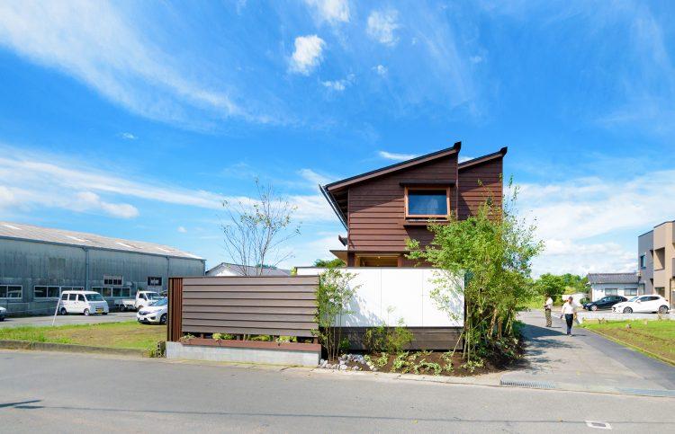 2連の片流れ屋根のシンケンスタイルの木の家