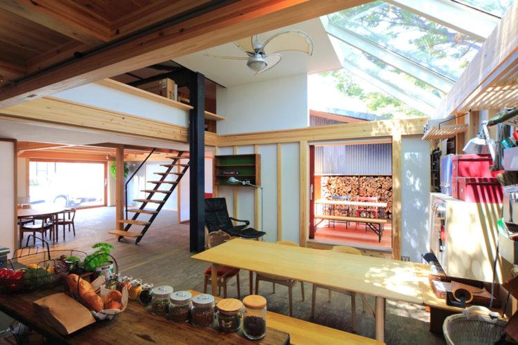 博多の森モデルルーム・リビングからウッドデッキを眺める