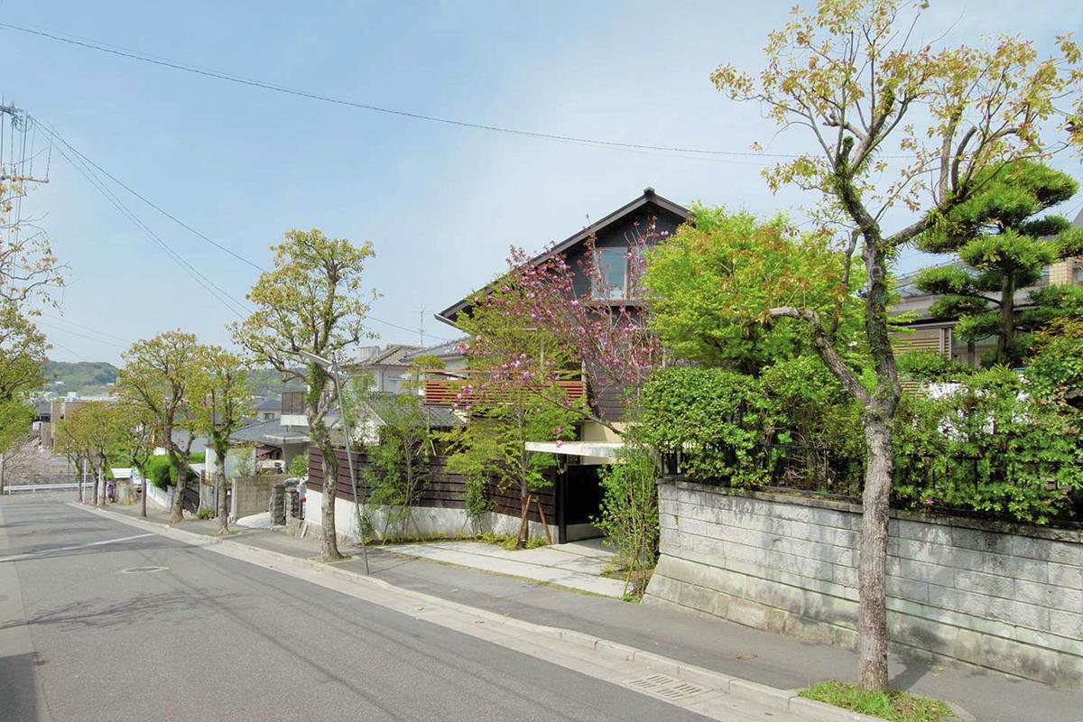 斜めに構える住宅地の家