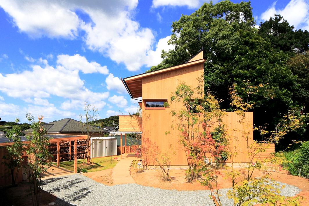里山の麓に建つ山小屋hut