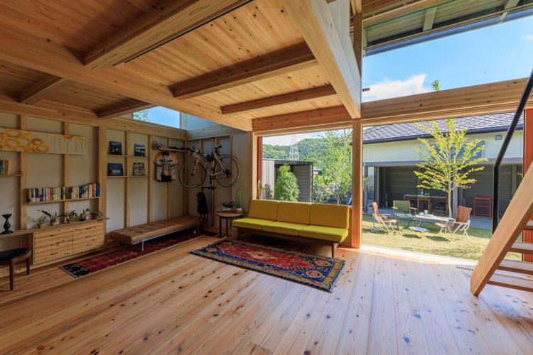 庭を楽しむ板土間のある家