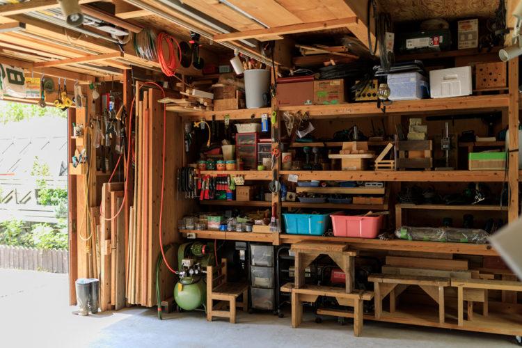 ガレージには木工の道具がずらり