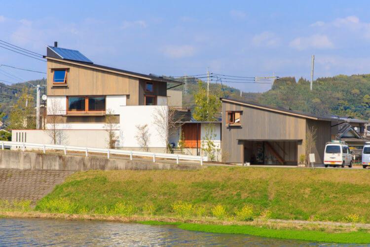 景色を取り込む 川沿い2階リビング