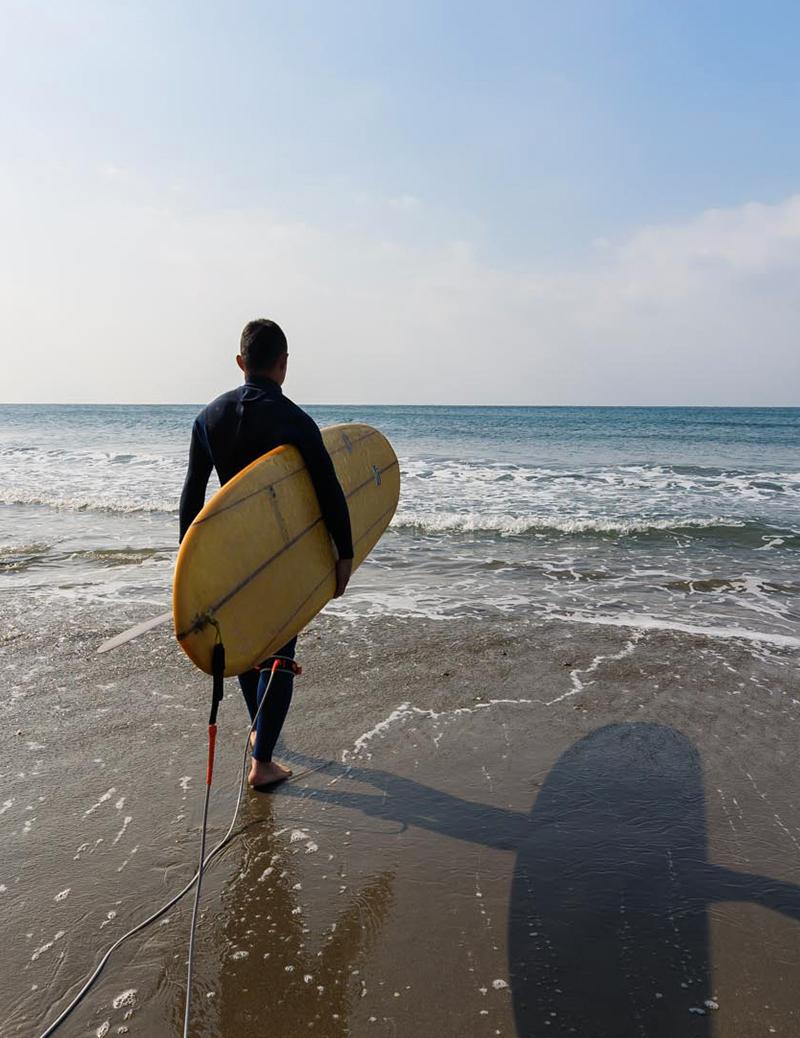 海は人をつなぐ、サーフボードを持って