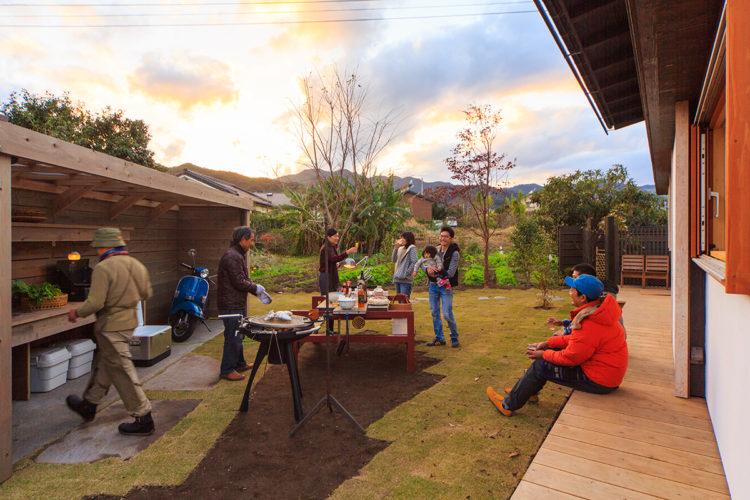 家と庭をつなぐアウトドアキッチン