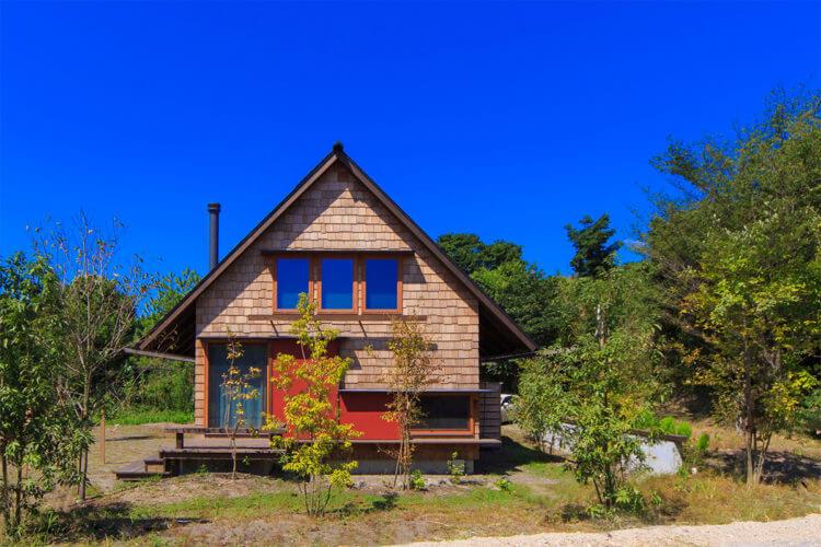 桜島を望む丘の上のとんがり屋根