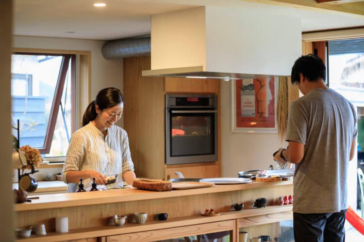 キッチンにたつご夫婦