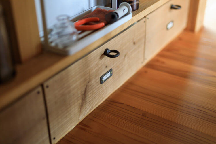 キッチンわきの収納も、小柱スペースを活用