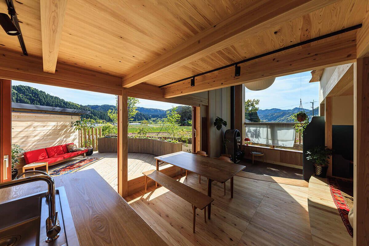 キッチンからはキッチン横とダイニング横と薪ストーブ横の大きな窓に連続して遠くの山の稜線が見える
